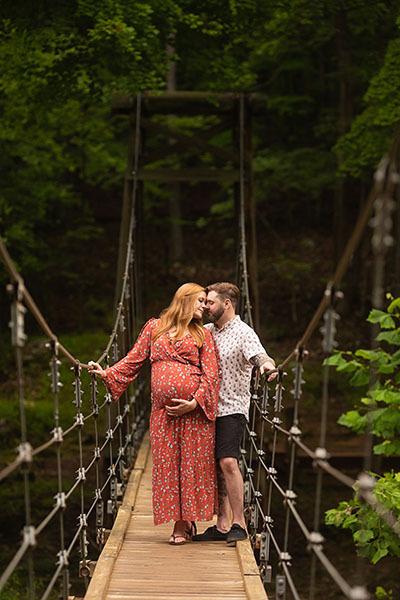 Maternity-Portraits-on-Bridge